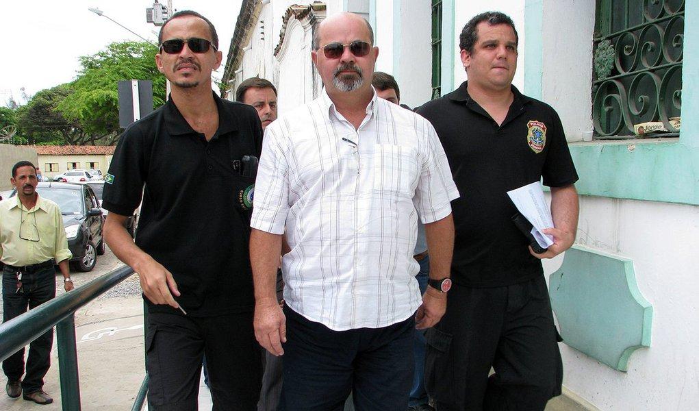 O Ministério Público Estadual (MPE) ingressou com uma ação por ato de improbidade administrativa contra o prefeito da Barra de Santo Antônio, Rogério Farias; ele é suspeito de se apropriar ilicitamente de todas as receitas do Fundo de Manutenção e Desenvolvimento da Educação Básica (Fundeb) do município