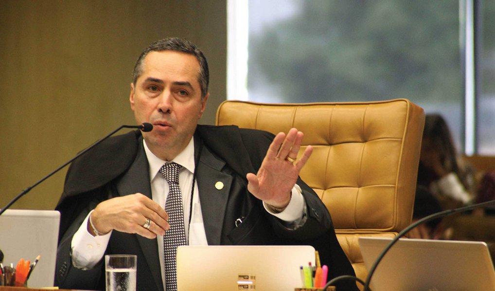 O ministro do Supremo Tribunal Federal Luís Roberto Barroso afirmou nesta segunda (28) que o tribunal não tem a pretensão de discutir no mérito o processo de impeachment da presidente Dilma Rousseff, ou seja, avaliar se ela cometeu crime de responsabilidade; Barroso disse que o Supremo não está disposto a reformular a decisão do Congresso sobre o pedido de afastamento de Dilma e reforçou o discurso de colegas que vêm defendendo que o impeachment, desde que respeitada a Constituição, não representa um golpe; segundo Barroso, o STF quer interferir o mínimo possível na discussão do impeachment