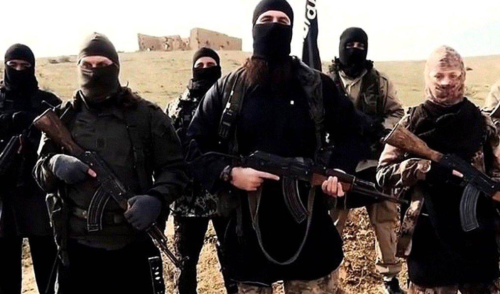 """Estados Unidos declararam o grupo extremista Estado Islâmico responsável por crimes contra a humanidade e pelo genocídio de cristãos yazidis e outras minorias religiosas nos territórios que controla no Iraque e na Síria; """"O Daesh [acrônimo árabe do grupo] é genocida por ideologia e por ação, no que afirma, no que acredita e no que faz"""", disse o chefe da diplomacia americana, John Kerry"""