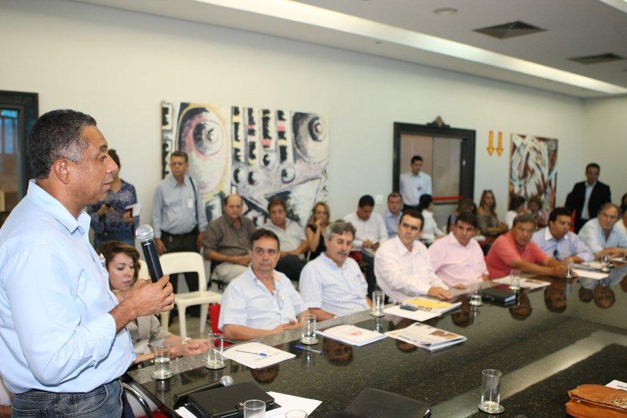 14 prefeituras de pequeno e médio porte do Triângulo Mineiro decidiram, após reunião, publicar um decreto conjunto de calamidade financeira por conta da queda de receitas e repasses importantes como o Imposto sobre Circulação de Mercadorias e Serviços (ICMS) e o Fundo de Participação dos Municípios (FPM); um manifesto com 11 itens será encaminhado ao governo de Minas Gerais e ao governo Dilma Rousseff