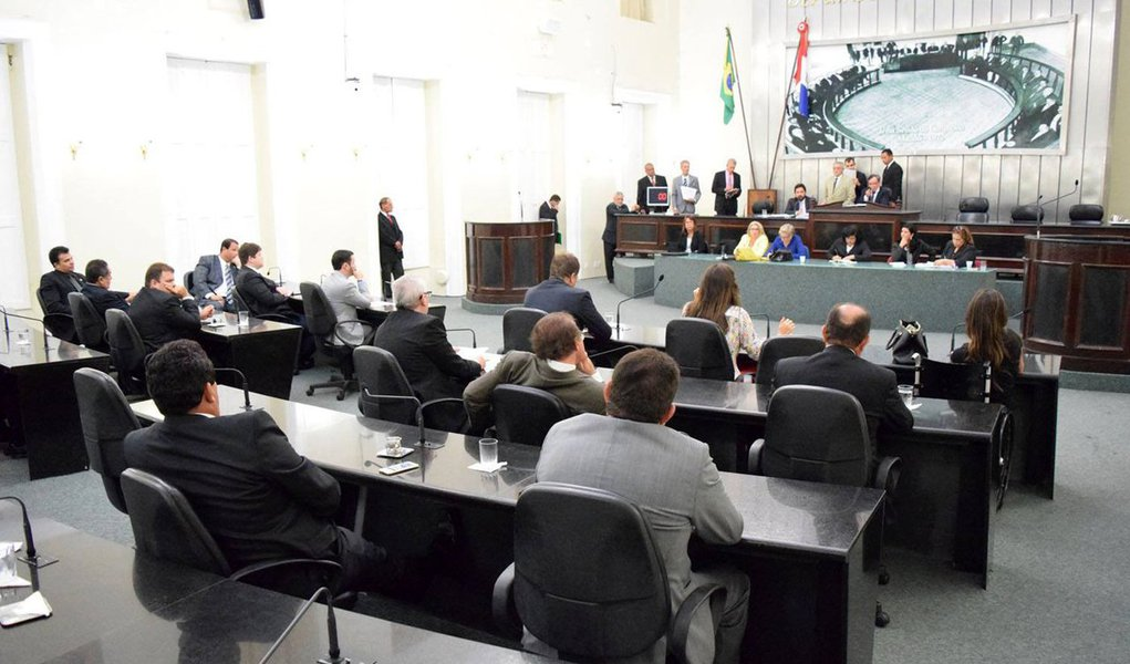 """Apesar da expectativa de apreciação da chamada """"PEC do Voto Aberto"""", a Assembleia Legislativa de Alagoas adiou a definição sobre a forma como os vetos governamentais serão apreciados; tema ainda divide a opinião dos parlamentares; um grupo entende que a Mesa da Casa deve cumprir imediatamente a decisão que determina a apreciação de vetos de forma aberta; outro grupo, no entanto, interpreta a decisão como uma interferência do Judiciário"""