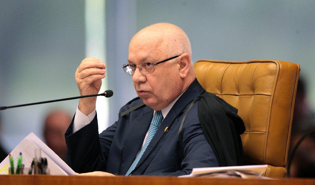 O ministro Teori Zavascki, do Supremo Tribunal Federal (STF) prorrogou nesta quarta (9) o prazo dos inquéritos sobre oito políticos investigados na Operação Lava Jato; foram estendidosos inquéritos até 7 de fevereiro de 2016 do presidente do Senado, Renan Calheiros (PMDB-AL), do deputado Aníbal Gomes (PMDB-CE), dos senadores Edison Lobão (PMDB-MA), Valdir Raupp (PMDB-RO), Gleisi Hoffmann (PT-PR) e Humberto Costa (PT-PE) e dos deputados José Mentor (PT-SP) e o ex-deputado João Pizzolatti (PP-PR)