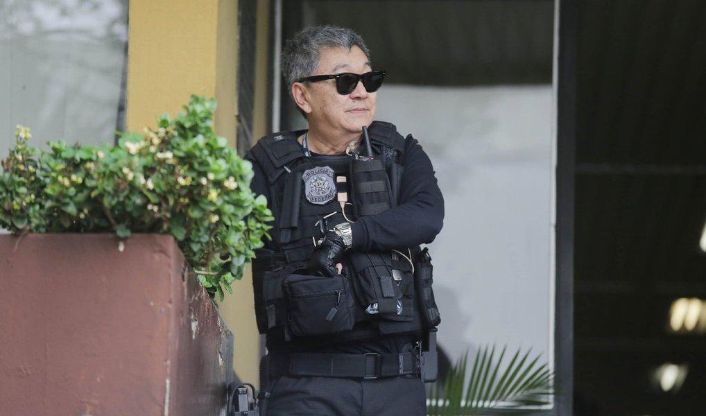 """O Superior Tribunal de Justiça (STJ) negou um recurso de três réus da Operação Sucuri, deflagrada em 2003, contra 19 policiais federais, além de agentes da Receita Federal e da Polícia Rodoviária Federal; um dos envolvidos no caso é o agente Newton Hidenori Ishii, que ficou conhecido como """"Japonês da Federal; as investigações mostraram que os agentes facilitavam a entrada de contrabando no país, pela fronteira com o Paraguai, em Foz do Iguaçu, no oeste do Paraná"""