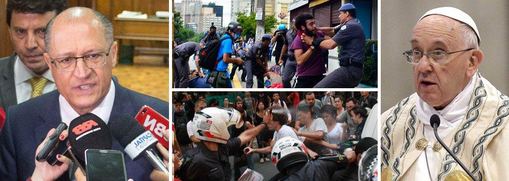 """Em coletiva de imprensa em que anunciou o adiamento da chamada reorganização escolar, que previa o fechamento de 93 escolas, o governador de São Paulo citou frase do papa Francisco em defesa do diálogo: """"Sempre que perguntado entre a indiferença egoísta e o protesto violento, há sempre uma opção possível: o diálogo""""; depois de autorizar a força da Polícia Militar contra os estudantes, que foram agredidos e presos, Alckmin prometeu: """"Vamos dialogar escola por escola""""; o ano de 2016, que seria o da implementação da reforma, será agora """"o ano de aprofundarmos esse diálogo, não haverá nenhuma mudança""""; apesar de ter falado em """"diálogo"""", o tucano deixou a coletiva sem abrir para perguntas"""