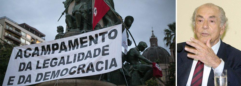 Cerca de 500 integrantes de movimentos sociais ligados à Frente Brasil Popular e à Frente Povo Sem Medo ocuparam a Praça da Matriz, em frente ao Palácio Piratini, e instalaram o Acampamento da Legalidade e da Democracia; militantes do MST e de outras entidades começaram a montar as barracas com lonas pretas e taquaras, e a organizar a infraestrutura do acampamento que não tem data definida para terminar; a Praça da Matriz foi escolhida pelo seu simbolismo na luta em defesa da democracia; foi neste local que, em agosto de 1961, o então governador do Rio Grande do Sul, Leonel Brizola, desencadeou a Campanha da Legalidade, em defesa da posse de João Goulart na presidência da República