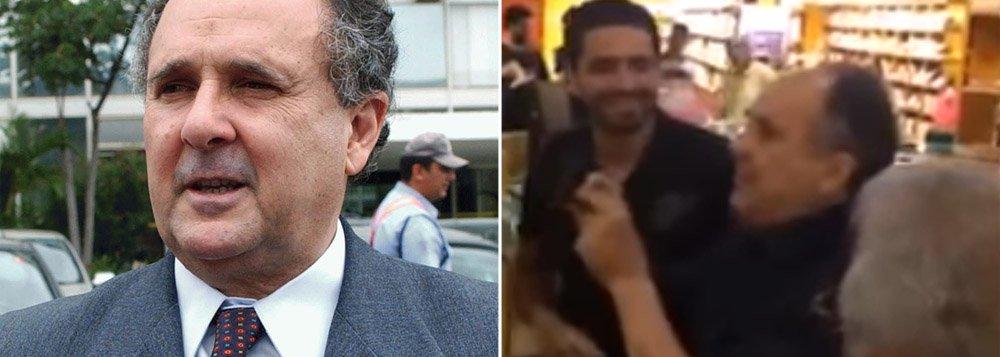 """Senador brasiliense Cristovam Buarque (PPS), com atuação dúbia no Senado em relação ao impeachment da presidente Dilma Rousseff (PT), envolveu-se em bate-boca na manhã deste domingo (1º) quando comprava um livro; uma pessoa se aproximou e o chamou de traidor; o senador pediu que ele falasse mais alto e, diante da repetição do xingamento, respondeu em tom mais elevado: """"Sou traidor para você. Mas não estou comprando o livro com cartão da Petrobras; assista ao vídeo do entrevero"""