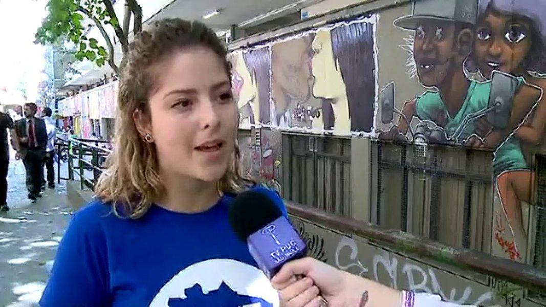 Carina Vitral, a moça dos cachinhos, presidenta da UNE, de camisa azul, tirou as havaianas e deu várias chineladas na bunda murcha do anão