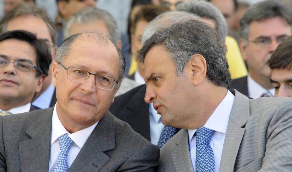 Governador de São Paulo, Geraldo Alckmin, e o senador mineiro Aécio Neves, que disputam espaço dentro do PSDB pela chance de ser o candidato tucano à presidência em 2018, se reuniram a portas fechadas para discutir o processo de impeachment da presidente Dilma Rousseff nesta quinta-feira em Brasília; à noite, a cúpula do PSDB também debaterá o assunto com o ex-presidente FHC