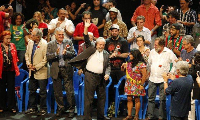Mesmo com processo, sítio, granja, triplex ou puxadinho no ABC, Lula é muito mais mito que qualquer Bolsonaro. Admiro os líderes que conseguem esse nível de popularidade. São gênios que mexem com as massas. Mas é muito ruim para o Brasil