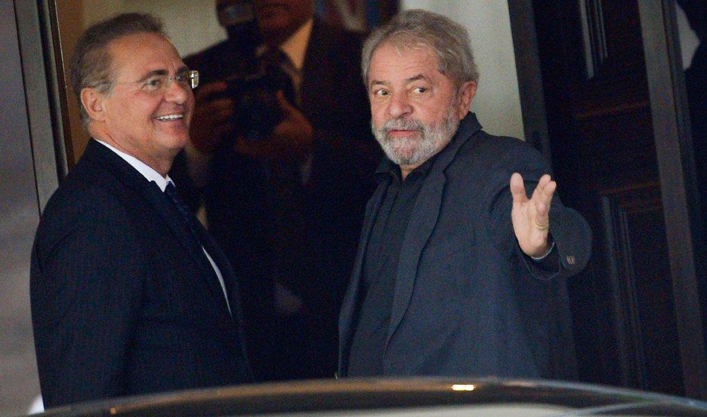 O ex-presidente Lula e o presidente do Senado, Renan Calheiros (PMDB-AL) discutiram nesta terça (26)a viabilidade de se realizar novas eleições presidenciais no país; o peemedebista defende a realização de um plebiscito, que pode ser feito nas eleições de outubro deste ano, regulamentado em 60 dias; as novas eleições presidenciais ficariam para 2017; Lula, que, na pesquisa Vox Populi, lidera com até 31% das intenções de voto, segundo aliados, ficou animado com o cenário