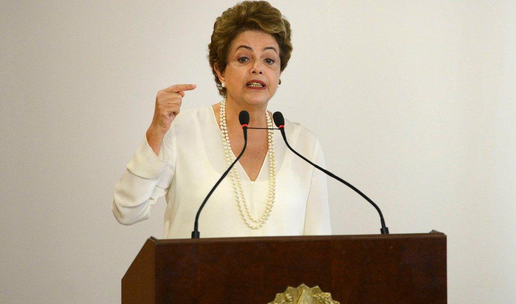 """Em entrevista ao jornal El Comércio do Equador, para onde viaja nesta terça-feira 26, a presidente afirmou não ser """"aceitável, em uma sociedade democrática e participativa, tirar um presidente apenas por divergência política, sem nenhum respaldo jurídico""""; Dilma se disse também """"implacável contra a corrupção"""" desde seu primeiro mandato e assegurou não transigir """"no combate a qualquer tipo de ação criminosa"""" em seu governo; questionada sobre o governo de Nicolás Maduro, da Venezuela, a presidente negou omissão do Brasil; """"Tivemos tudo menos silêncio. Acompanhamos com muita atenção os acontecimentos"""""""