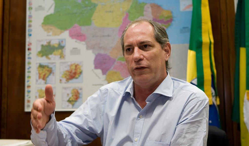 """Ex-ministro Ciro Gomes, embora crítico do governo, também prevê um cenário de caos no pós-golpe, e afirma que o País não pode depositar suas esperanças no vice-presidente Michel Temer; ele acredita, contudo, que passada a tempestade, a presidente Dilma Rousseff conseguirá rearrumar a casa se conseguir superar os opositores no Congresso; """"Ela precisa sinalizar para esse grupo que se sentiu enganado nas últimas eleições, entre eles eu, e buscar uma reconciliação com os grupos sociais e políticos que lhe deram a vitória""""; Ciro também critica a ex-senadora Marina Silva, quem vê como oportunista, por apoiar a ideia de antecipar as eleições presidenciais para este ano; """"Isso é uma pura e simples marinice, um contragolpe com jeitão charmoso de chamar o povo para votar de novo"""""""