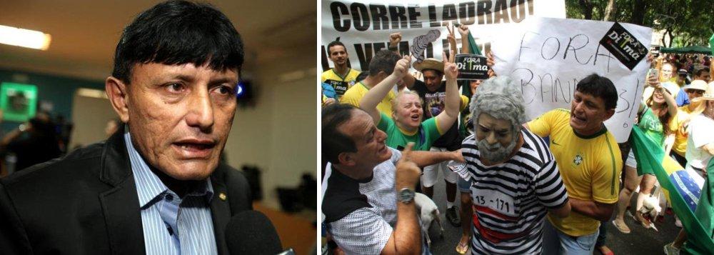 """Nas ruas centrais de Belém (PA), umgrupo de 80 manifestantes ligados ao PT e a partidos de esquerda reagiu à encenação e gritou palavras de ordem contra odeputado federal Eder Mauro (PSD-PA),chamando-o de """"fascista""""; segundo dirigentes da Central Única dos Trabalhadores (CUT) no Pará e da Central dos Trabalhadores do Brasil (CTB), além de integrantes do PT e de partidos comunistas, as manifestações representaram a mobilização da """"direita e reacionários"""" que apoiaram o golpe militar de 1964 e que agora querem dar outro golpe, mais uma vez """"rasgando a Constituição"""""""