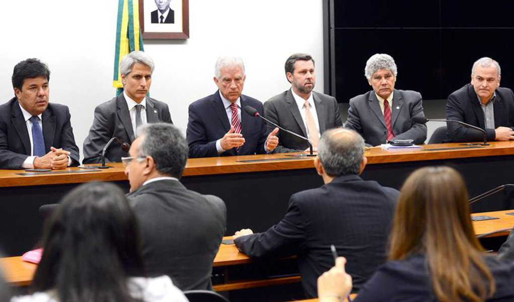 """Em entrevista coletiva nesta terça-feria, 24, líderes de bancada do PSOL, PSB, PSDB, DEM, Rede e PPS anunciaram que tentarão impedir todas as votações no plenário da Câmara, até que Eduardo Cunha(PMDB-RJ) deixe a presidência da Casa; grupo anunciou também que não irá mais participar das reuniões semanais que define as pautas de votações e dos almoços das lideranças; """"Ficou claro que Eduardo Cunha não mede os esforços quando o objetivo é proteger-se. É um comportamento mesquinho que não combina com o decoro que a Casa exige"""", disse o líder do PSDB e ex-aliado de Cunha, Carlos Sampaio; para Chico Alencar, líder do PSOL,age com """"arrogância"""" ao não ter """"sintonia com a realidade"""""""