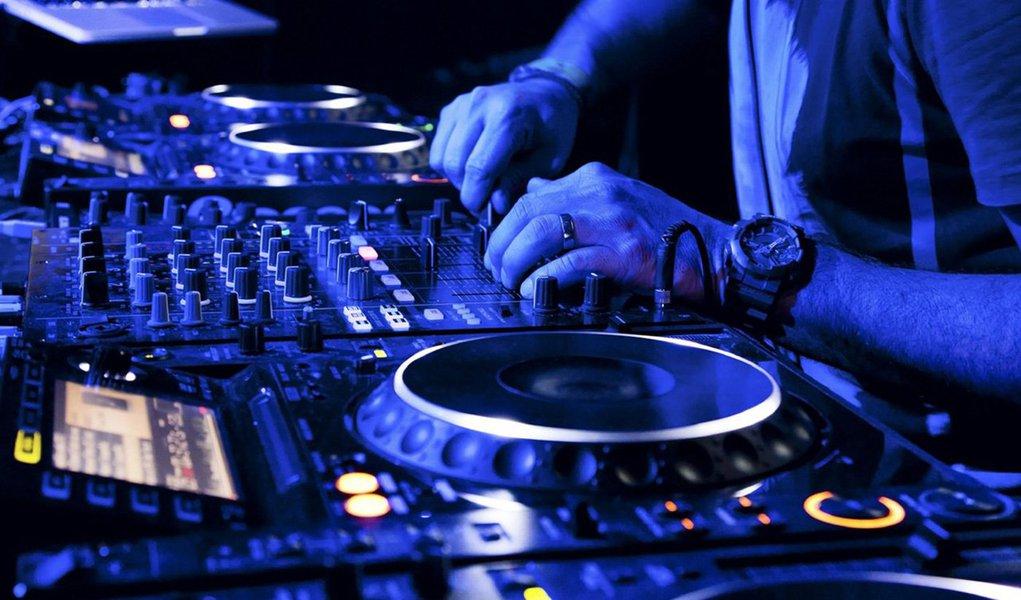 """""""Em 1964 e nas duas décadas seguintes o mundo das letras e das artes, mesmo sofrendo repressão e censura, não se calou diante da arbitrariedade e da barbárie. Hoje continuamos afastando de nós e de todos esse cálice. Como durante a ditadura nós intelectuais, escritoras, escritores e artistas dizemos não ao golpe e afirmamos nossa defesa intransigente da democracia"""", diz o texto;Portanto, nós, Disc Jokeys (DJs), produtores musicais, bandas, performers, promoters de eventos culturais e trabalhadores da musica, staff de clubs e amantes da cultura musical de qualidade, nos somamos a luta pela Democracia"""""""