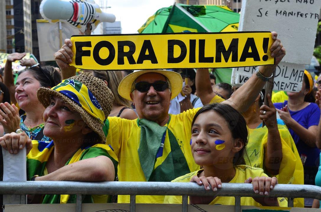 A farra está boa, mas golpe, não. Não vai ter golpe. O povo brasileiro não vai permitir aventuras irresponsáveis de gente que não sabe ou se esqueceu da nossa história