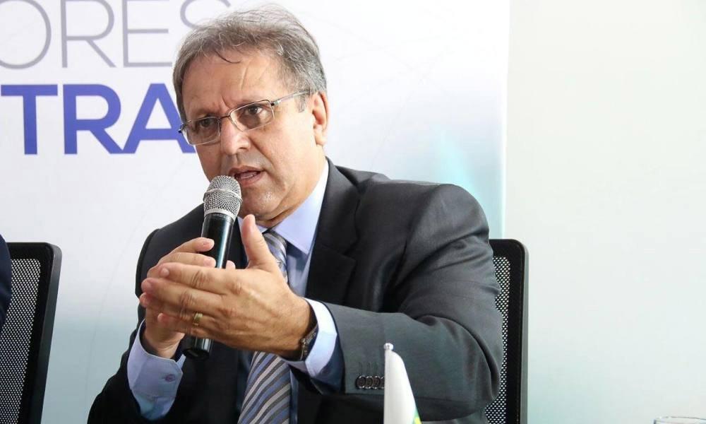 """O governador do Tocantins, MarceloMiranda(PMDB), afirmou que seu posicionamento sobre o impeachment da predisente Dilma Rousseff será discutido com lideranças do partido; """"O governo será respaldado, pontualmente, com base no diálogo e no consenso defendido pela maioria, de forma a garantir o exercício da democracia"""", disse; o PT-TO ainda discutirá sua permanência ou saída da base de Marcelo; a posição contra o impeachment não é unânime dentro do PMDB-TO; a ministra Kátia Abreu, por exemplo, já disse que a renúncia da presidente seria fruto de um golpe; já a deputada Josi Nunes defende a saída de Dilma"""
