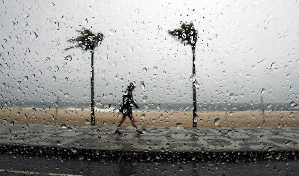 Depois de um domingo (22) abafado e de calor, o Rio de Janeiro sofreu com pancadas de chuva entre a madrugada e a manhã desta segunda (23), que ocasionaram diversos bolsões d'água, além de deixar a cidade em estágio de atenção, que é o segundo nível em uma escala de três e significa a possibilidade de chuva moderada, ocasionalmente forte nas próximas horas; de acordo com o Centro de Operações Rio (COR), a chuva foi provocada pelo deslocamento de áreas de instabilidades vindas do litoral sul, que geraram núcleos de chuva para a cidade