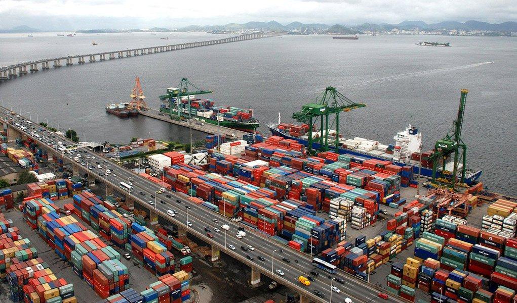 Balança comercial brasileira registrou superávit de US$ 1,197 bilhão em novembro, divulgou o Ministério do Desenvolvimento, Indústria e Comércio Exterior nesta terça-feira, 1º; segundo os números, as importações foram US$ 12,6 bilhões e as exportações somaram US$ 13,8 bilhões no mês