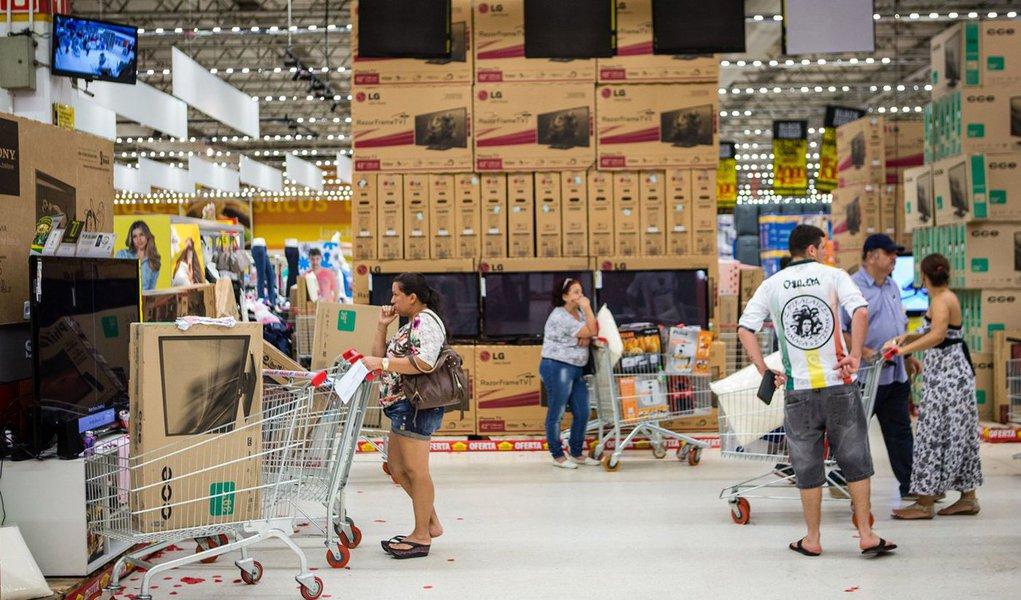 Confiança do consumidor brasileiro subiu 1,3% em novembro na comparação com o mês anterior, segundo pesquisa realizada pelaFundação Getulio Vargas (FGV); elevaçõa interrompeu informou um ciclo de seis quedas consecutivas; Índice de Confiança do Consumidor (ICC) atingiu 76,7 pontos em novembro, contra 75,7 pontos em outubro