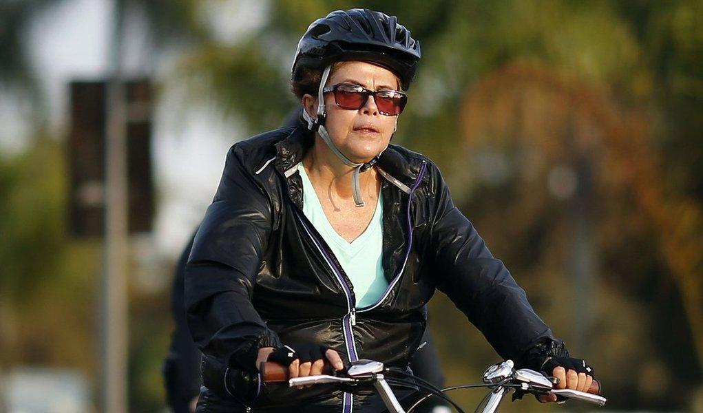 """Segundo o colunista Ilimar Franco, a presidente Dilma Rousseff andava de bicicleta na manhã de quinta-feira, numa área de apart-hotéis próxima ao Palácio do Alvorada, quando foi abordada por dois hóspedes, que gritaram: """"Renuncia, Dilma! Renuncia, Dilma!""""; ela não pestanejou: """"Vai esperando, vai"""""""