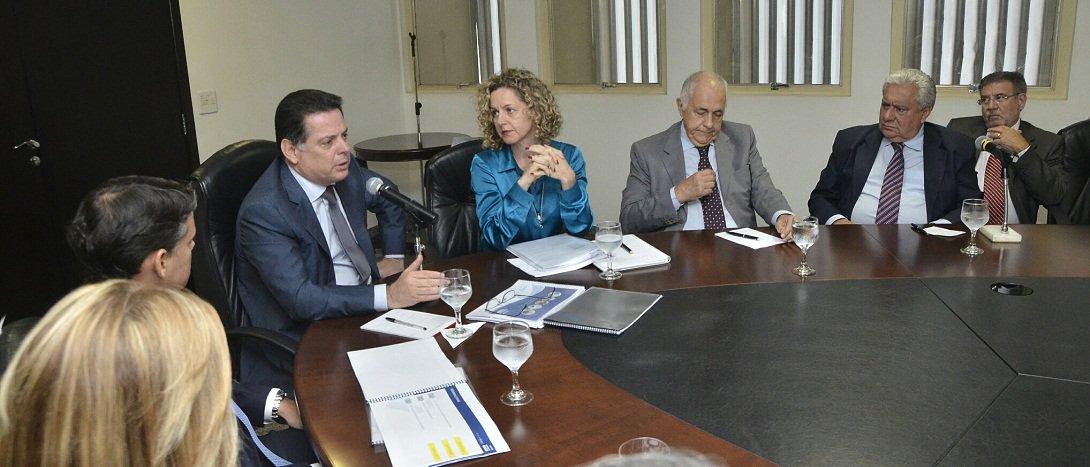 """Governador comentou hoje a rejeição de pequenos grupos de estudantes que ocupam escolas estaduais em protesto ao modelo de gestão por Organização Social; """"Nós não vamos politizar nem ideologizar um assunto que é muito sério. A preocupação que eu tenho é com a melhoria da qualidade da educação, com os alunos e com os pais. E essa também é a preocupação dos estudantes""""; para ele, o mais importante é inovar e buscar formas alternativas de melhorar a educação pública em Goiás; """"O que nós queremos é que, na escola pública e de graça, o filho do pobre possa ter um ensino do nível dos filhos dos ricos que estudam nas escolas privadas"""""""