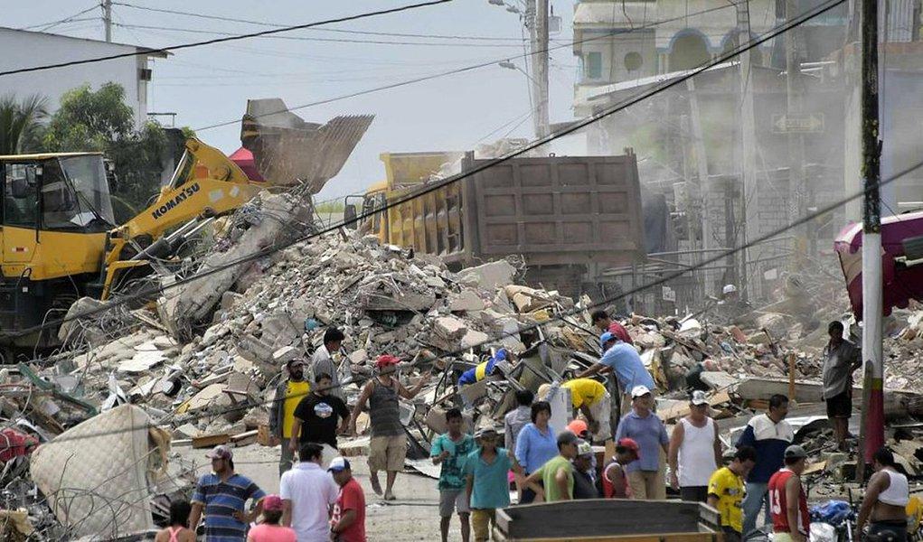 """Equipes de resgate no Equador continuam a revirar os escombros em busca de sobreviventes, dois dias após o violento tremor de 7,8 graus na escala Richter que abalou o país, deixando, até agora, 413 mortos e 2.068 feridos, segundos os últimos dados do Governo; Cruz Vermelha espanhola emitiu um apelo de ajuda e estima entre 70 mil e 100 mil pessoas vão precisar de assistência, das quais entre 3 mil e 5 mil precisam de alojamento """"com urgência""""; De acordo com o ministro dos Negócios Estrangeiros, Guillaume Long, reforços e especialistas da Venezuela, Colômbia, Peru, México, Cuba, Bolívia, Chile, Suíça e Espanha já estão no país para ajudar."""