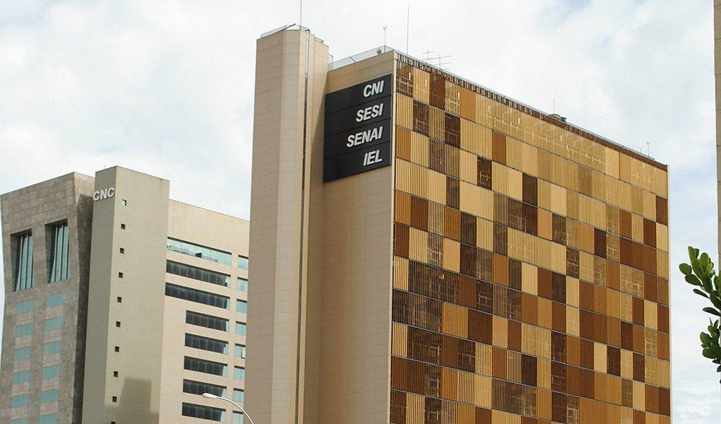 Uma ameaça de bomba à sede da Confederação Nacional da Indústria (CNI), em Brasília, mobilizou 23 homens do Corpo de Bombeiros e 30 da Polícia Militar, entre eles do Esquadrão Anti-Bomba, além de cães farejadores; um funcionário da CNI recebeu um telefonema anônimo de uma pessoa que dizia haver três artefatos explosivos no prédio, sem especificar a localização; o prédio da CNI, entidade que representa a indústria, tem 17 andares e, nele, funcionam ainda o Serviço Social da Indústria (Sesi), o Instituto Euvaldo Lodi (IEL) e parte do Serviço Nacional de Aprendizagem Industrial (Senai)