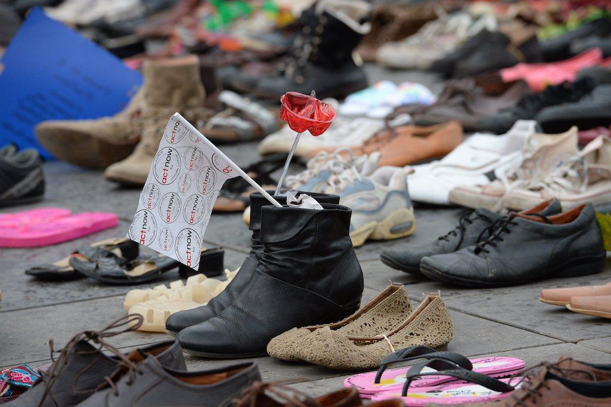 Chinelos de criança, botas repletas de flores, tênis acompanhados de palavras em defesa do planeta são alguns dos milhares de sapatos que cobrem a praça parisiense de onde sairia uma marcha pelo clima, que foi cancelada devido aos recentes atentados na capital francesa