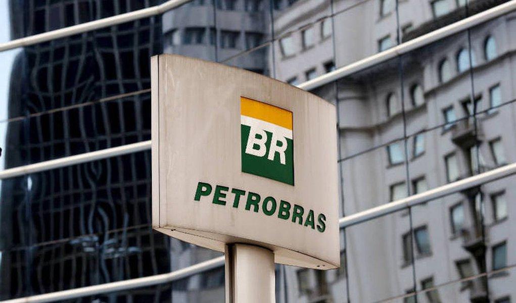 Em dois anos, a Petrobras e suas subsidiárias demitiram 169,7 mil pessoas, o que representa 61% da equipe atual; em dezembro de 2013, eram 446,3 mil pessoas –de cada 10 trabalhadores empregados antes da Lava Jato, 4 foram dispensados; atualmente, a Petrobras está hoje com um efetivo semelhante ao de 2007