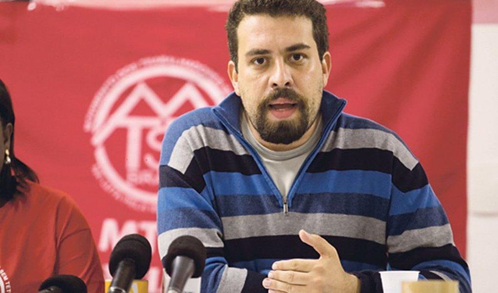 """Ocoordenador doMovimento dos Trabalhadores Sem Teto(MTST),Guilherme Boulos, afirmou que o golpe contra a presidente Dilma não vai passar """"porque o Brasil não quer um presidente biônico que tem 1% nas pesquisas de intenção de votos e quer ganhar a presidência da república com o atalho golpista""""; """"O golpe não vai passar, também, por que nós sabemos o que vem junto com a proposta desse golpe. Não queremos ataque aos direitos trabalhistas, não queremos fim dos programas sociais, não queremos a ponte para o passado, como eles querem estabelecer com o golpismo"""", disse"""