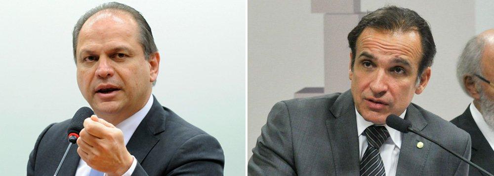 A presidenta Dilma Rousseff enviou ao Congresso Nacional mensagem pedindo que sejam desconsideradas as indicações dos deputados Ricardo Barros (PP-PR) e Hugo Leal (PSB-RJ) para as funções de vice-líderes do governo, eles faziam parte dos dez parlamentares escolhidos vice-líderes do governo em fevereiro de 2015