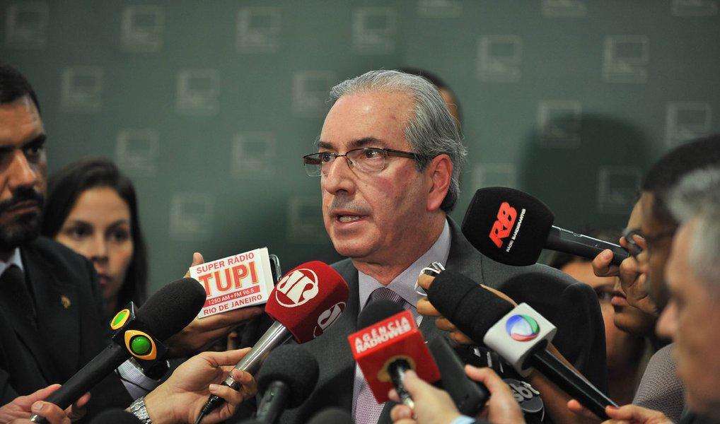"""""""Passei estudando bem o pedido principal e estou cobrando o parecer das assessorias para que eu possa formar o juízo. Obviamente que não conclui a leitura no fim de semana, mas fiz uma boa leitura deles. Tentarei ser o mais rápido possível, dentro do juízo da convicção. Vou ver se consigo fazê-lo no curso do mês de novembro"""", disse o presidente da Câmara, Eduardo Cunha (PMDB), nesta segunda (26)"""