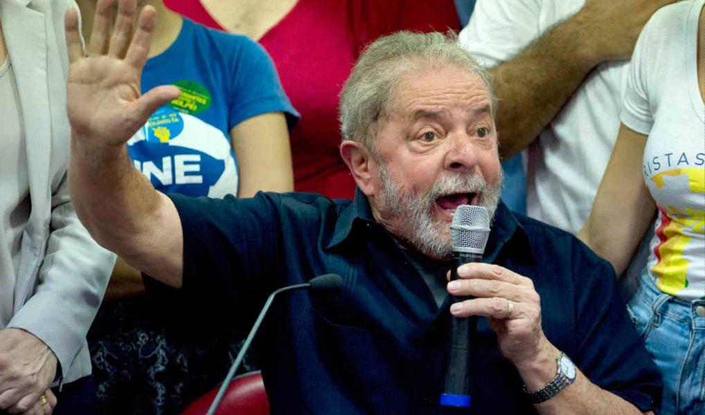"""No depoimento prestado à PF no dia 4, no Aeroporto de Congonhas, quando foi objeto de uma condução coercitiva, o ex-presidente Lula repetiu o que seus advogados já vinham divulgando; """"Eu acho que eu estou participando do caso mais complicado da história jurídica do Brasil, porque tenho um apartamento que não é meu, eu não paguei, estou querendo receber o dinheiro que eu paguei, um procurador disse que é meu, a revista Veja diz que é meu, a Folha diz que é meu, a Polícia Federal inventa a história do triplex que foi uma sacanagem homérica, inventa história de triplex, inventa a história de uma offshore do Panamá que veio pra cá, que tinha vendido o prédio, toda uma história pra tentar me ligar à Lava Jato"""", disse"""