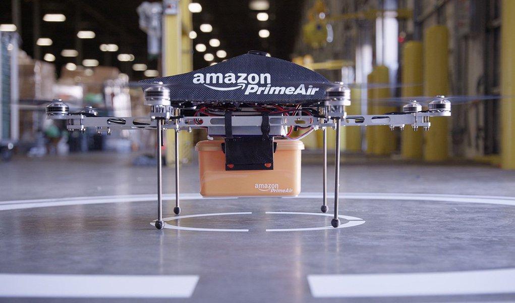 """A varejista online Amazon revelou no domingo um vídeo de seus drones de entrega de encomendas, dois anos após um protótipo da tecnologia ter sido anunciado pela companhia; """"No futuro, haverá toda uma família de drones da Amazon. Diferentes designs para diferentes ambientes"""", disse o apresentador Jeremy Clarkson"""