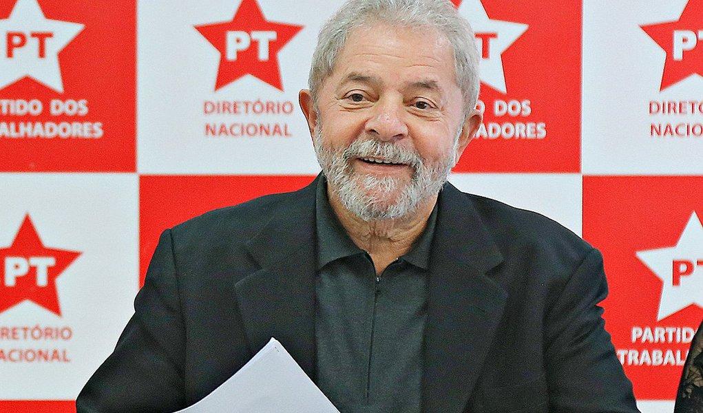"""O Partido dos Trabalhadores já elabora um documento que será uma espécie de desagravo em relação ao ex-presidente Lula, que, ontem, completou 70 anos, em razão da recente investida do Judiciário contra um de seus filhos, Luis Claudio Lula da Silva; segundo dirigentes do PT, trata-se de mais uma """"tentativa de criminalização"""" do partido;""""Isso é o medo de Lula voltar em 2018. Tudo o que acontece com o presidente Lula vira manchete. Não tem nenhuma acusação contra ele. Tem tanta gente acusada que fica perambulando pelo país"""", disse o deputado José Guimarães (PT-CE), um dos defensores da proposta"""