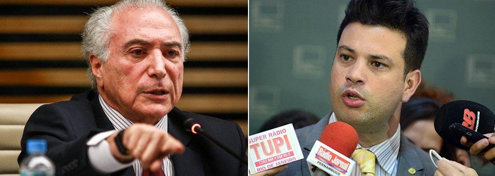 """Segundo a colunista Natuza Nery, o vice-presidente chamou deputados do PMDB para conversas individuais e deu telefonemas pedindo a cabeça do líder do partido, Leonardo Picciani (RJ); """"O movimento se mistura com a própria articulação pela saída de Dilma Rousseff"""", diz a jornalista; em seu lugar assumiu Leonardo Quintão (MG); articuladores do Planalto, entretanto, avaliam que Picciani pode exercer uma espécie de """"liderança do B"""", para que o governo negocie com os 30 deputados que não apoiaram Quintão"""