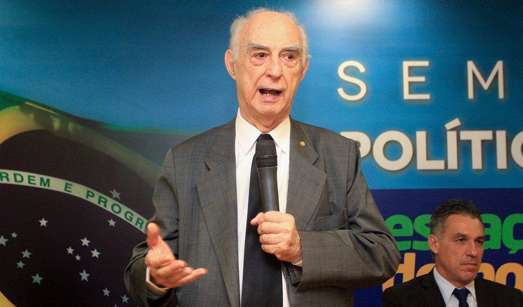 """Ex-governador de São Paulo e advogado Cláudio Lembo (PSD) disse que o poder Judiciário tomou """"aspectos messiânicos, particularmente no Paraná""""; Lembo criticou a divulgação dos diálogos entre a presidente Dilma Rousseff e o ex-presidente Lula; """"Entregar essas gravações para uma emissora de TV é um golpe, um golpe midiático""""; e disse que a oligarquia brasileira repete o que vem fazendo há 400 anos, que é a tomada do poder de todas as formas possíveis; """"É incrível, a oligarquia paulista não quer o progresso social de maneira alguma. A burguesia paulista está com uma ânsia de matar"""""""