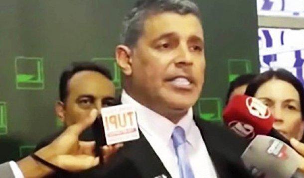 Só faltava essa: um ator pornô foi o responsável pela entrega em Brasília de mais um pedido de impeachment da Presidenta. Meus prezados, que país é esse?! Que vergonha!!! Que horror!!!