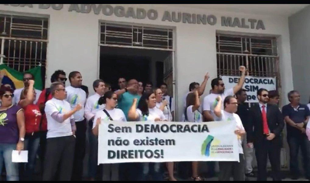 Advogados e juristas alagoanos protestaram contra o pedido de impeachment protocolado pela Ordem dos Advogados dos Brasil (OAB) em desfavor da presidente Dilma Rousseff (PT); manifestantes alegam que o pedido protocolado na Câmara dos Deputados não representa o sentimento da classe, mas, sim, o dos conselheiros da entidade