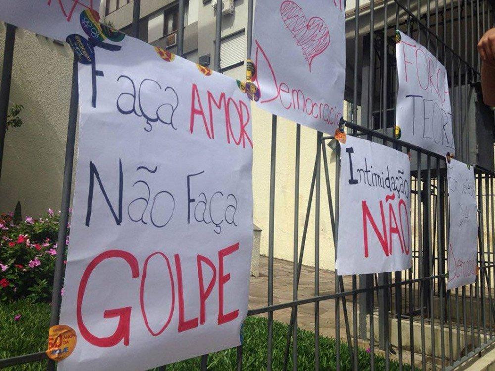 Um grupo de estudantes fez uma manifestação em frente à casa do ministro do STF Teori Zavascki, em Porto Alegre; com cartazes e megafone, os manifestantes foram levar apoio ao relator do processo da operação Lava Jato no STF; Teori foi alvo de um protesto por grupos pró-impeachment depois que requisitou ao juiz federal de Curitiba Sérgio Moro a remessa à Suprema Corte da investigação envolvendo o ex-presidente Lula (PT); na oportunidade, os manifestantes afixaram uma faixa pedindo para que o ministro deixasse Moro trabalhar
