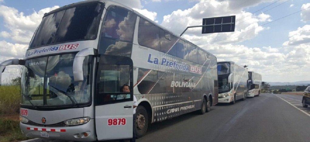 Polícia Rodoviária Federal afirmou que os três ônibus vindos da Bolívia e que foram abordados ontem em Goiânia estão em situação legal; agentes dizem que o grupo tem autorização de viagem só até Goiânia; veículos também foram abordados pela polícia quando estavam dentro da Capital, atrapalhando o trânsito; alguns integrantes da caravana afirmaram que o grupo iria até Brasília para participar da manifestação contra o impeachment da presidente Dilma Rousseff (PT)