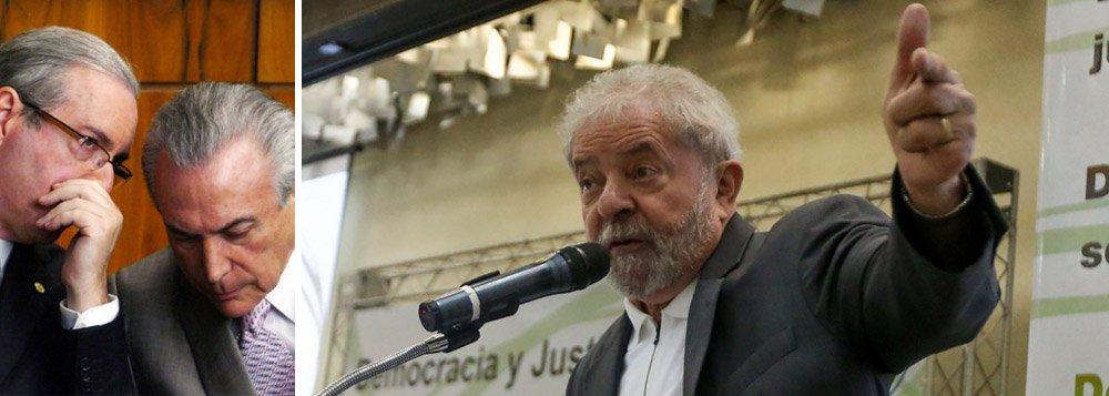 """""""Uma verdadeira quadrilha legislativa implantou a agenda do caos"""", disse o ex-presidente Lula, nesta manhã, ao fazer sua primeira manifestação pública após a aprovação do processo de impeachment, que ele definiu como """"um gesto claro de vingança"""" de Eduardo Cunha; Lula disse ainda que um governo Michel Temer trará de volta uma agenda derrotada nas urnas; """"A oposição derrotada por quatro vezes optou por uma atitude golpista, para voltar ao poder (…) voltar com a agenda neoliberal""""; como Lula estava muito rouco, seu discurso foi lido por Luiz Dulci; ele também afirmou que o golpe """"envergonha o Brasil aos olhos do mundo"""""""