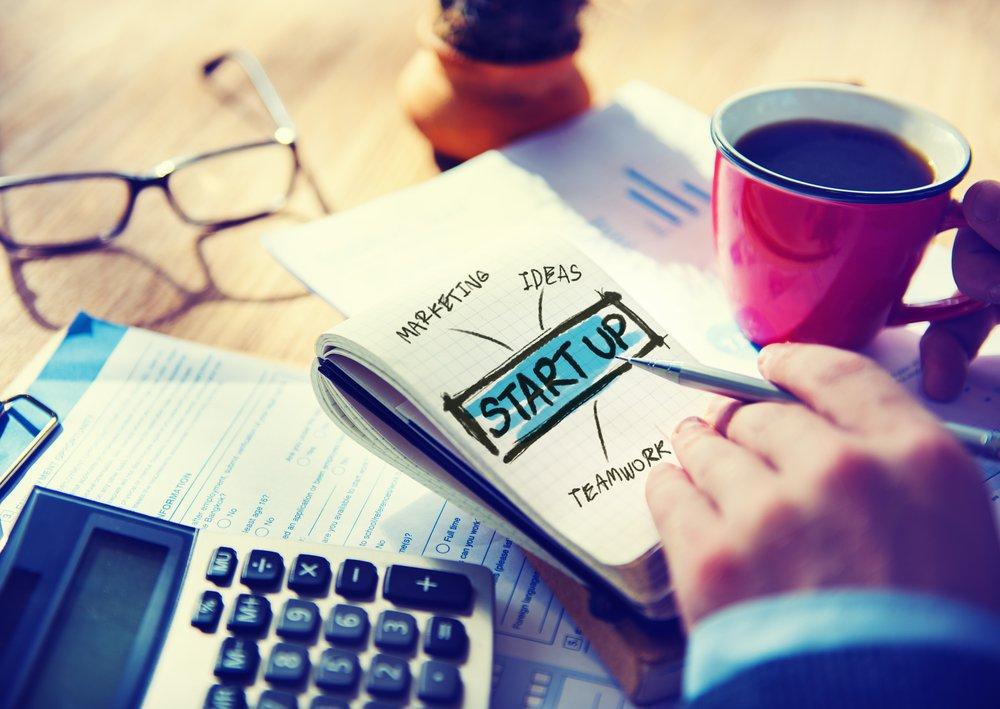 Há inúmeras formas de inovar; seu negócio ou startup pode estar criando um mercado absolutamente novo ou melhorando algo que já existe. Talvez um misto dos dois, inventando uma forma completamente nova de vender algo que já existia; seja como for, a inovação é a alma do processo empreendedor que pode gerar escala; dois tipos de inovações são fundamentais para dar fôlego ao seu negócio: uma é a incremental, que foca em fazer pequenas melhorias para processos, produtos e serviços que já existem, e outra é a disruptiva, derivada da inovação radical que é o processo de criar algo completamente novo