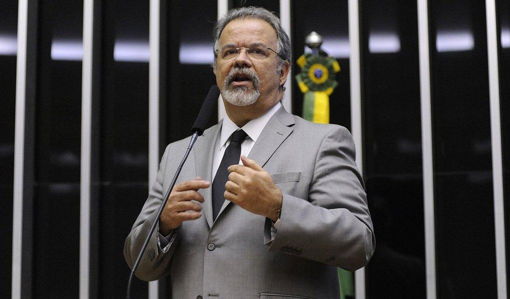 """""""Esse relatório é lamentável. É um desrespeito à inteligência do cidadão brasileiro. Estou profundamente desapontado, envergonhado e espantado. É triste e revoltante ver tanto dinheiro e tempo investidos para que no final da CPI tenha-se um resultado tão decepcionante, frustrante"""", disse o vice-líder da oposição na Câmara, Raul Jungmann (PPS-PE); crítica do parlamentar se deve ao fato do relatório não citar nenhum dos políticos envolvidos no esquema de desviose corrupção na estatal investigado pela Operação Lava Jato; compactuar com a declaração risível da presidente Dilma, na Finlândia, de que não há corrupção no seu governo"""", completou"""