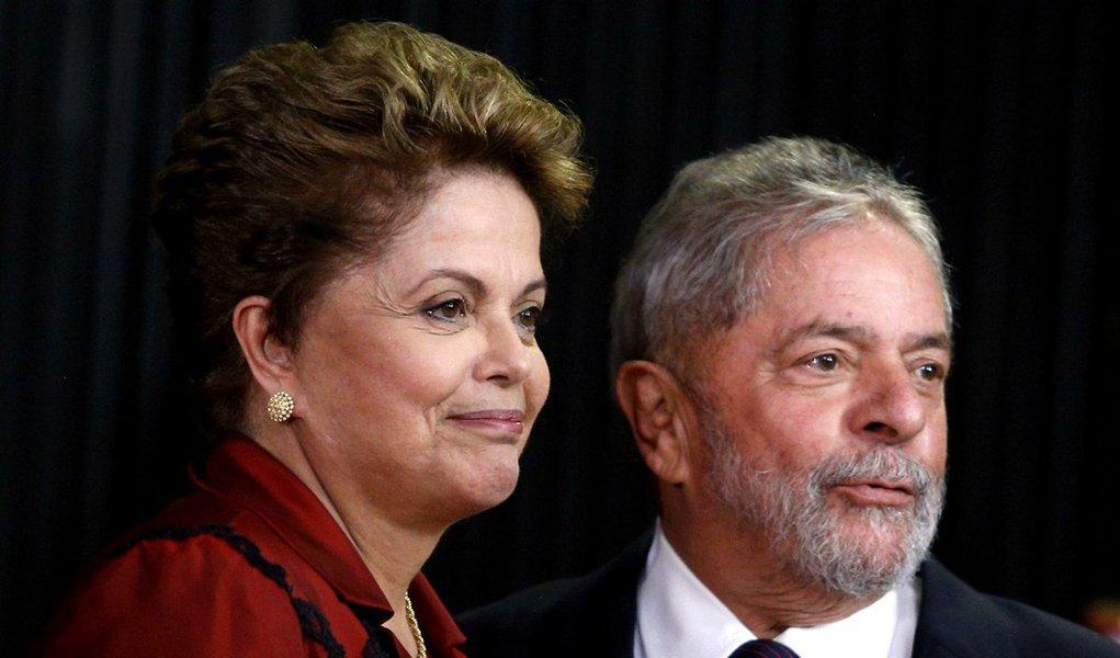 """""""Desde o primeiro dia de seu segundo mandato, Dilma vive sob ataques incessantes da tríade sinistra mídia-oposição-justiça. Um fato novo e relevante como ter Lula em sua equipe mostra que Dilma está disposta a lutar pelo seu mandato em vez de esperar que a espremam até a última gota"""", diz Paulo Nogueira, do DCM"""