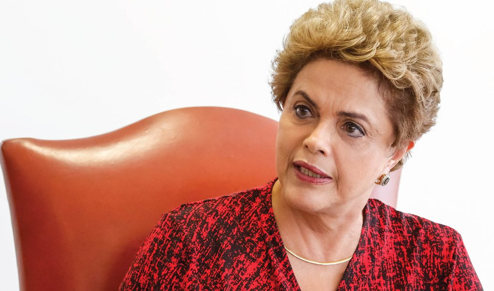 """A revista semanal americana """"The New Yorker"""" afirmou nesta quarta (30) que o eventual impeachment da presidente Dilma Rousseff prejudicará população carente: """"Os verdadeiros perdedores na reformulação política que deve acontecer no Brasil não serão os políticos corruptos. As dezenas de milhões de beneficiários dos programas sociais criados nos governos de Lula e Dilma, como o Bolsa Família e o Minha Casa Minha Vida, estão sob risco também. Será uma tragédia se, na corrida louca para formar uma nova coalizão política, ela (coalizão) se torne mais favorável aos negócios e deixe para trás o eleitorado"""", afirma"""