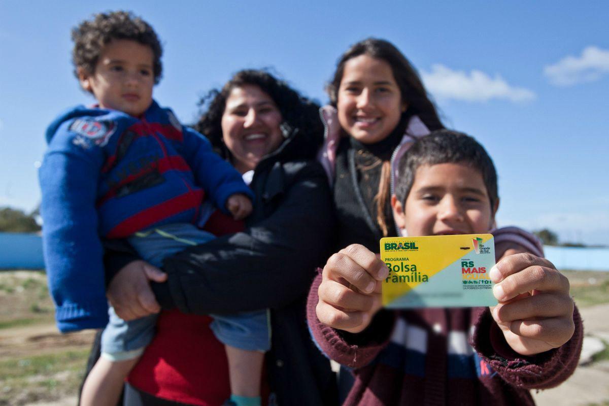 O Ministério do Desenvolvimento Social e Combate à Fome informou que antecipou o pagamento do Bolsa Família para famílias atingidas pelas chuvas no Paraná e no Rio Grande do Sul; de acordo com o ministério, a medida vai beneficiar 98,7 mil famílias em 61 cidades do Rio Grande do Sul e seis municípios paranaenses