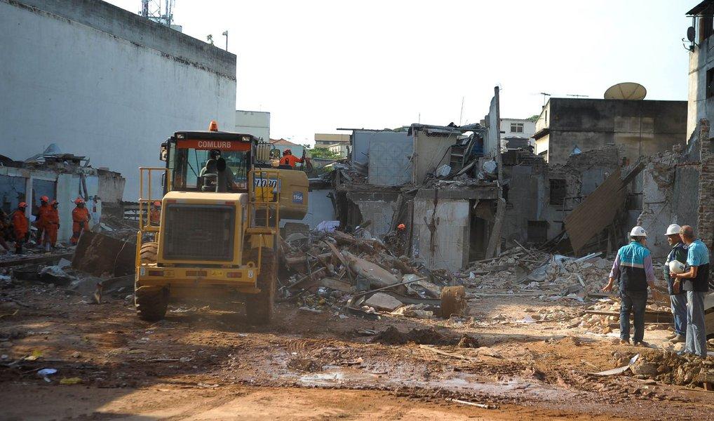 As equipes do Corpo de Bombeiros continuam o trabalho de remoção dos entulhos na Rua São Luiz Gonzaga, resultantes da explosão seguida de desabamento, em São Cristóvão, na zona norte do Rio; até agora, não foram encontrados mais feridos; trabalhando em conjunto com os bombeiros, equipes da prefeitura informaram que já foram retirados mais de 1.430 toneladas de entulho do local, o que corresponde a 130 viagens de caminhão