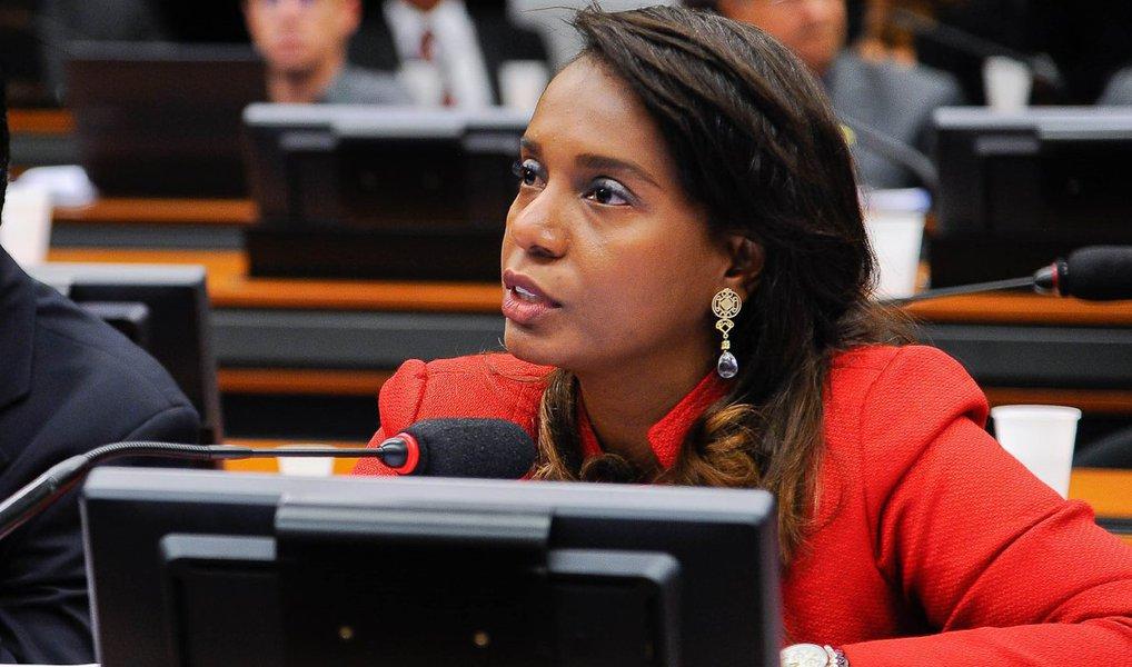 """Nova titular no Conselho de Ética da Câmara, a deputada federal Tia Eron (PRB-BA), disse não se arrepender de ter votado em Eduardo Cunha (PMDB-RJ) para presidir a Casa no ano passado; para ela, sob a direção de Cunha, a Câmara """"produziu como nunca""""; """"Claro que eu tenho de comemorar, isso é um grande ganho político para a população brasileira"""", afirmou"""